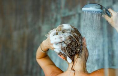 ¿Por qué lavarnos el pelo todos los días en verano?